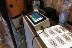 Im Pultgehäuse verbauter Clubfridge. Vorn Barcodes für nicht mit EAN Codes versehene Produkte.